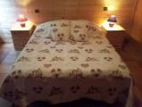 Chambre lambrissée, charme du bois et calme assuré