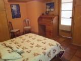 Chambre spacieuse avec armoires et coin bureau